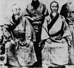 維新慶賀使として派遣された時の宜野湾朝保(左)