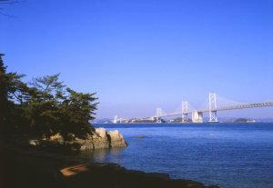 沙弥島と瀬戸大橋(うどん県旅ネット)